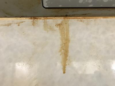 レンジフードから滴り落ちる油汚れのアップ