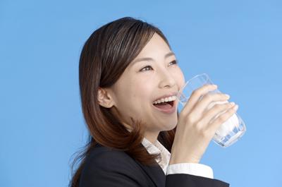 賞味期限切れの牛乳を飲む女性